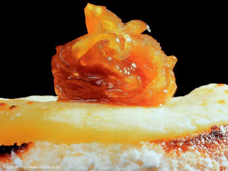 Kanapees mit Ziegenkäse GARROTXA und glasierten Zwiebeln